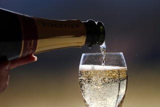 Image: Sparkling wine is poured into a glass