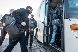 Image: Refugees board a bus near Regenstauf, German