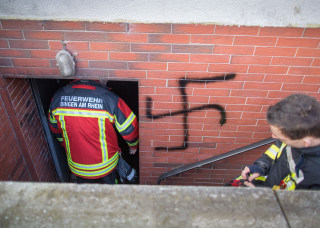 Image: A swastika sprayed on the basement entrance of shelter for migrants and refugees in Bingen, Germany