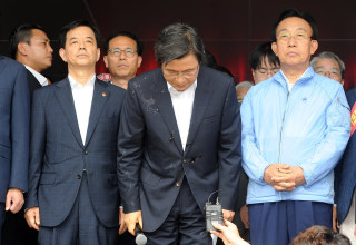 Image: South Korean Prime Minister Hwang Kyo-ahn bows during a meeting with residents in Seongju