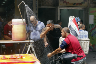 Image: Iraqis cool off in Baghdad