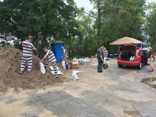 Image: Pasco County Inmates fill sandbags
