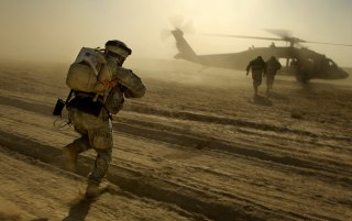 Image: U.S. Army soldiers run towards a UH-60 Black Hawk helicopter