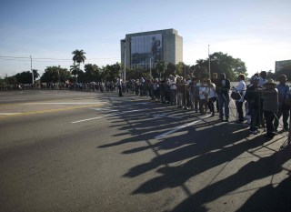 Image: People stand in line to pay tribute to Cuba's late President Fidel Castro