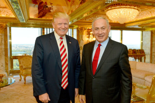 Image: Israeli Prime Minister Benjamin Netanyahu (R) stands next to Republican U.S. presidential candidate Donald Trump during their meeting in New York