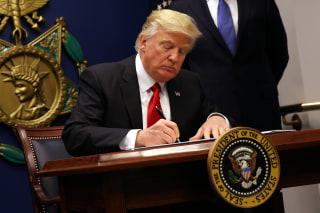 Image: Trump sign immigration executive order