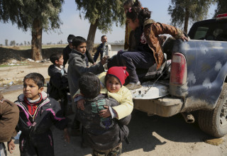 Image: Civilians flee Mosul