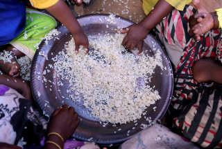 Image: Internally displaced Somali children eat boiled rice