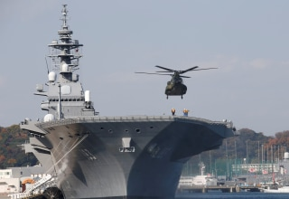Image: A helicopter lands on the Izumo