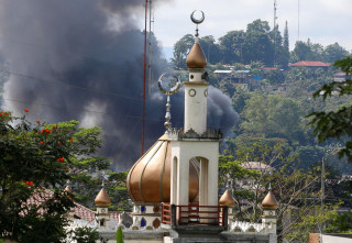Image: Smoke billows amid fighting in Marawi, Philippines