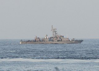 Image: US patrol boat fires warning shots near Iranian naval ship