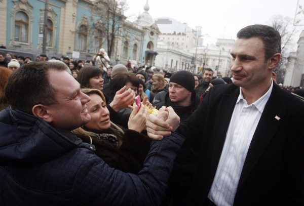 Image: A man shakes hands with Vitali Klitschko