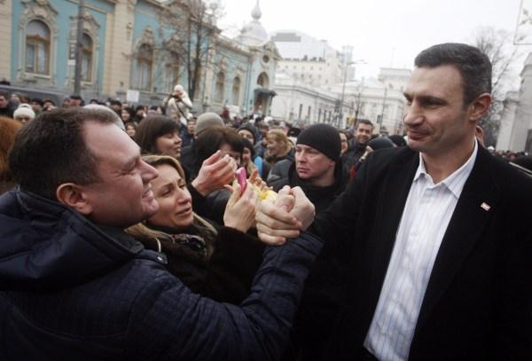 Image: A man shakes hands with Vitali Klitschko