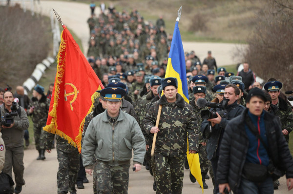 Image: Colonel Yuli Mamchor (L), commander of the Ukrainian military garrison at the Belbek air base