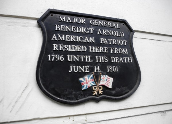 A plaque commemorating Benedict Arnold on a building in London's Marylebone neighborhood.