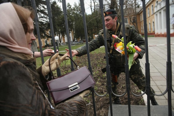 Image: Pro-Ukrainian sympathizers hand gifts of cigarettes, chocolate and flowers to a Ukrainian soldier