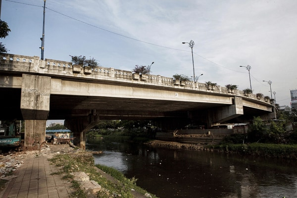 Image: The Kuningan bridge in Jakarta, under which a group of municipal workers live.