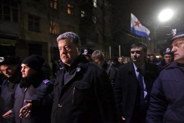 Image: Ukrainian parliament member Petro Poroshenko leaves Crimea's parliament building