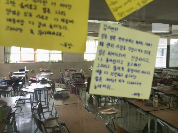 Image: Messages left by fellow students are stuck to the classroom windows of students missing in the South Korean ferry disaster at Danwon High School in Ansan