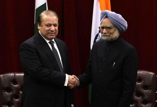 Image: Pakistan's PM Sharif shakes hands with India's PM Singh during the United Nations General Assembly in New York