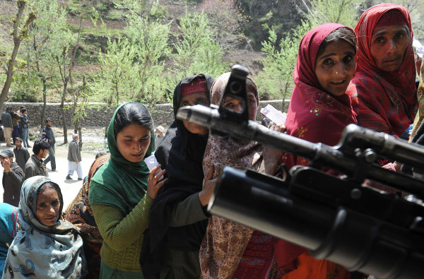 Image: Kashmiri Muslim nomads wait to cast their ballots