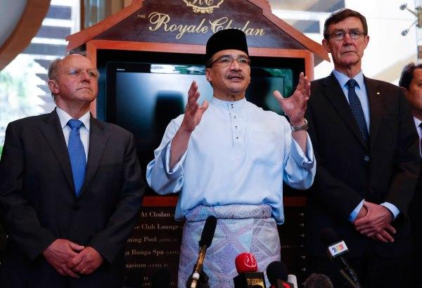 Image: Hishammuddin Hussein, Angus Houston, Jean-Paul Troadec