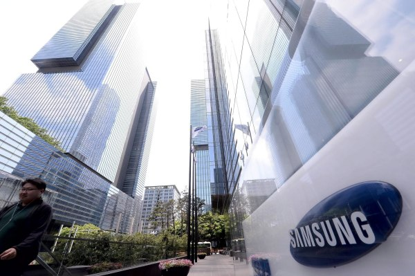 Samsung has promised to compensate workers who contracted cancer at its chip-making plants in South Korea.