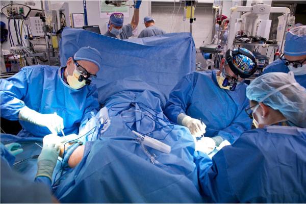 Image: Surgeons perform bilateral arm transplant