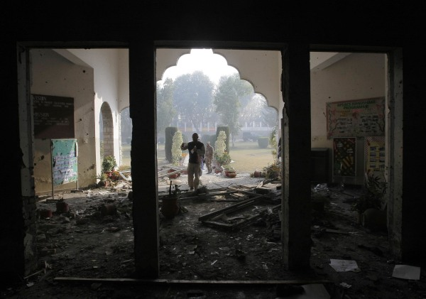 Image:A Pakistan army soldier inspects the Army Public School