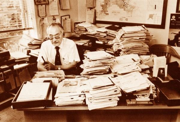 Minoru Yasui working at his desk in 1983.