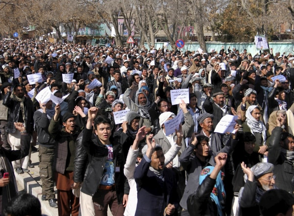 Image: Ethnic Hazara demonstrators protest demanding action to rescue Hazaras kidnapped from a bus