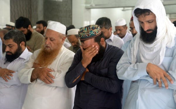 Image: Mourning for Taliban leader Mullah Mohammad Omar at a mosque in Peshawar, Pakistan