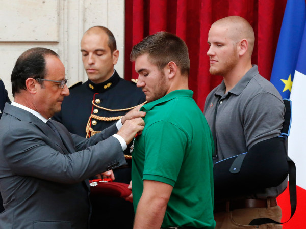 Image: French President Francois Hollande awards National Guardsman Alek Skarlatos with the Legion d'Honneur medal