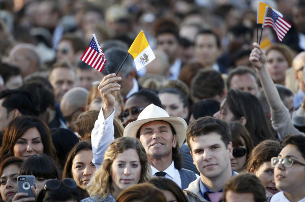 Image: People gather ahead of Pope Francis' visit to the White House in Washington