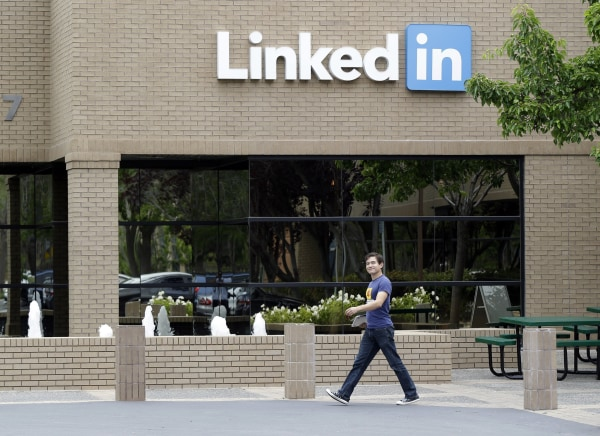 A judge ruled that Linkedin must face a lawsuit by customers who claimed it violated their privacy by accessing external email accounts.