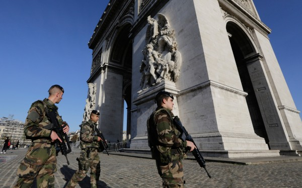 Image: French soldiers patrol at the Arch of Triumph
