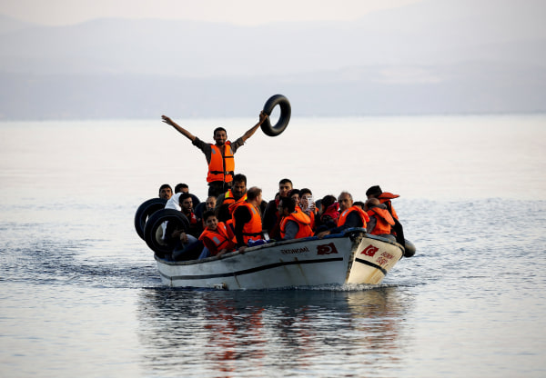 Image: Syrian refugees arrive on the Greek island of Lesbos