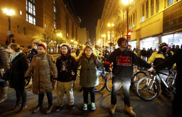 Image: Demonstrators protest video of shooting of Laquan McDonald in Chicago
