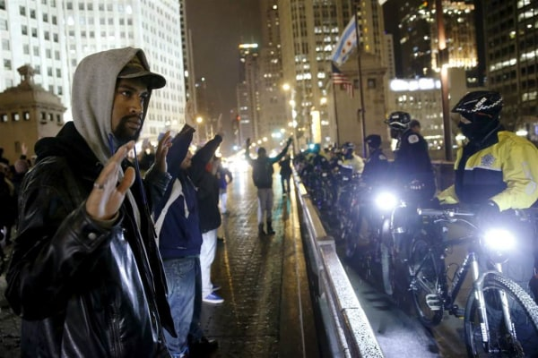 Image: Chicago protesters confront police