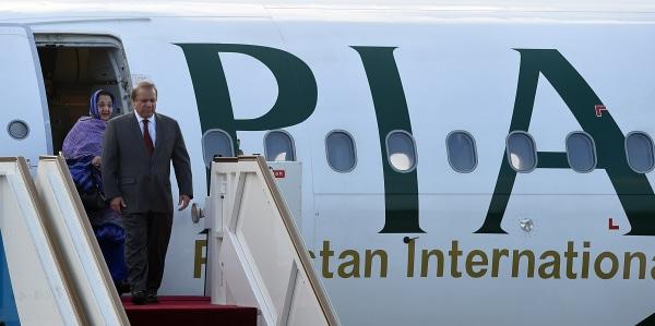 Image: Nawaz Sharif and wife Kalsoom Nawaz Sharif arrive in Sri Lanka on Jan. 4, 2016