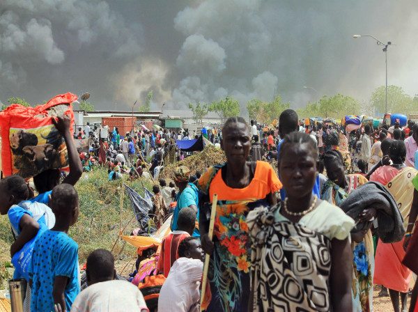 Image: South Sudanese civilians flee fighting in the northeastern town of Malakal