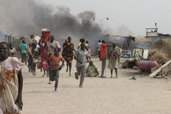 Image: South Sudanese civilians flee fighting in an United Nations base in the northeastern town of Malakal