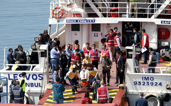 Image: Migrants arrive at the Dikili harbor