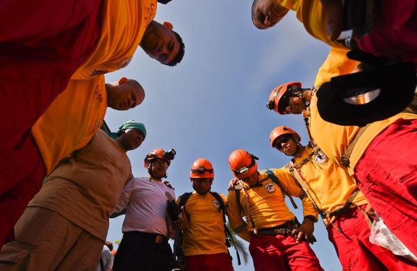 Image: Honduran rescue crew in Manta, Ecuador