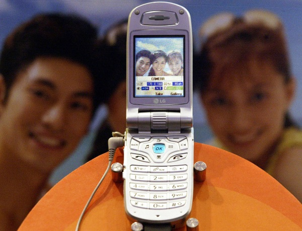 A third generation (3G) mobile phone dis