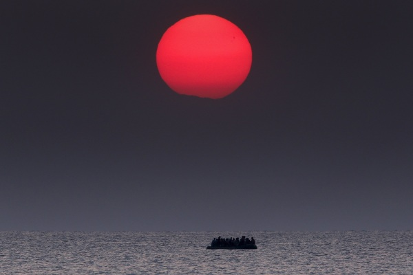 Image: A overcrowded boat with Syrian refugees