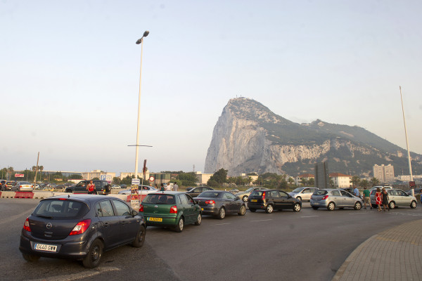 Image: Traffic jams form in front of the rock of Gibraltar