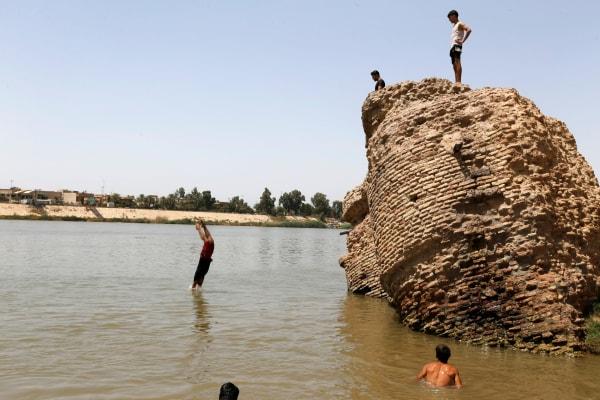 Image: Iraqis dive into the Tigris