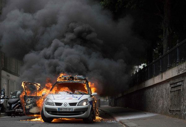 Image: Burning police car in Paris on May 18, 2016
