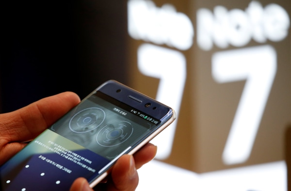 Image: A customer tries out a Samsung Electronics' Galaxy Note 7 at the company's headquarters in Seoul